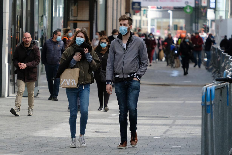 masked-shoppers